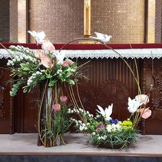 Selecting The Flower Arrangement For Church Weddings – Bridezilla Flowers Alter Flowers, Church Flowers, Funeral Flowers, Table Flowers, Funeral Flower Arrangements, Church Flower Arrangements, Floral Arrangements, Church Altar Decorations, Christmas Decorations