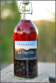 Rezetas EKO: PATXARAN Sloe blackthorn are the fruit, and every fall appear. They are highly valued in these parts to make the pacharán. This hard liquor is very characteristic of Navarra and Aragon, but here in the Basque Country also greatly appreciated.  And this year I do pacharán Bundled with so much emotion that I even designed the labels :-) In three months I tell you how that leaves me the contents of the bottle Cheers!  Ingredients:  Endrinas Aniseed 28 ° 4-5 coffee beans 1 cinnamon…