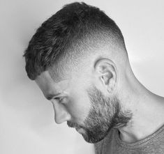 coupe homme rasé coté en dégradé américain et plus long dessus en french crop