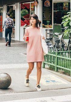 Musa do estilo: Larissa Busch. T-shirt dress rosa, tênis branco