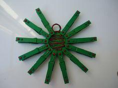 Corona con pinzas de madera. #navidad #manualidades #corona #pinzas #niños, http://abt.cm/1ImiILT