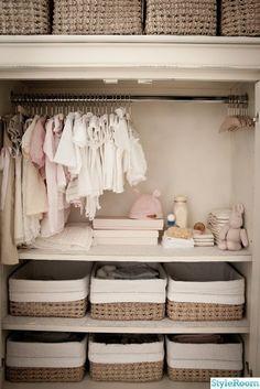 7 ideas para organizar un closet infantil Baby Nursery Closet, Baby Nursery Decor, Baby Boy Rooms, Baby Bedroom, Baby Boy Nurseries, Baby Decor, Girl Nursery, Baby Girl Closet, Baby Ideas For Nursery
