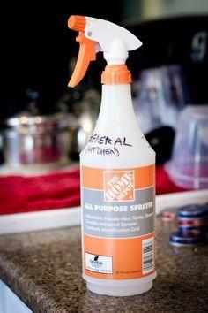 Limpiador general basado en el vinagre:  una botella nebulizadora  4 cucharadas de vinagre blanco  3 tazas de agua    Diluimos el vinagre en el agua e introducimos la dilución en una botella de spray. Tendremos un limpiador general para cualquier tipo de superficie, suelos de cerámica, madera, encimeras de cocina, azulejos y un largo etcétera. Limpia, desengrasa, desinfecta y desincrusta la cal.