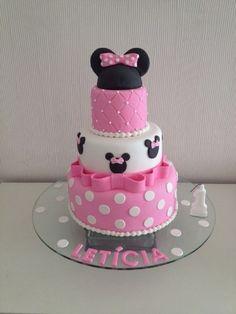Bolo Minnie, da Cake & Cupcakes (instagram.com/cupcakesdabianca), com recheio crocante. Coberto com pasta americana. A partir de R$ 350. Preço pesquisado em julho de 2014. Sujeito a alterações