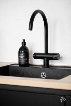 Osez : un robinet noir dans votre cuisine