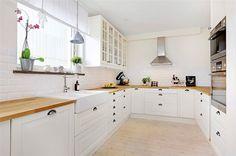 Trivsamt och lantligt kök med goda arbetsytor och gott om skåp för förvaring...