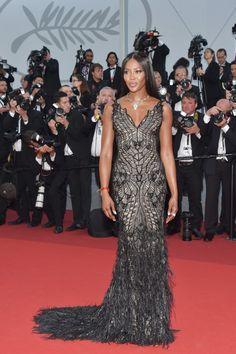 Festival de Cannes 2017 : Naomi Campbell—La top a opté pour une longue robe noire près du corps signée Atelier Versace.