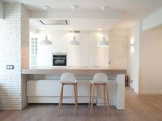 Kitchen bar counter with adjoining dining table that can be kept Zen Kitchen, Kitchen Bar Counter, Kitchen Room Design, Home Decor Kitchen, Kitchen Furniture, New Kitchen Interior, Moraira, Tiny Apartments, Cottage Kitchens