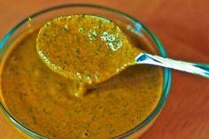 Ingrédients pour 4 personnes: 1 bouquet de persil plat 1 bouquet de coriandre 5 gousses d'ail 1 c à s de cumin en poudre 1 c à c de paprika 1 c à c de coriandre en poudre 1 petit piment Le jus d'un citron 3 c. à s d'huile d'olive Préparation: La chermoula peut