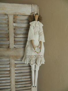 poupée façon Tilda habillée de blanc et de dentelles : Accessoires de maison par bebelle