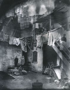 Haunting Photos Show Gritty Life in the New York Slums 130 Years Ago Few people realize that flash photography was responsible for one of the most important social reforms of the century. It happened in New York City History Of Photography, Flash Photography, Social Photography, Inspiring Photography, Commercial Photography, Photography Tutorials, Photography Photos, Beauty Photography, Creative Photography