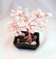 Este árbol de bonsai de alambre es seis pulgadas de alto y seis pulgadas de ancho. Cuarzo rosa llena las ramas de color hermoso y me recuerdan a flores de cerezo. Las piedras de cuarzo rosa delicado son mano alambre envuelto en cada rama. Este árbol cuenta con más de 300 chips de cuarzo rosa. Cuarzo rosa es conocido como la piedra del corazón. Se cree que tiene cualidades curativas de todo corazón relacionadas con cuestiones y cuando presente fomenta la curación de dolor negativa…