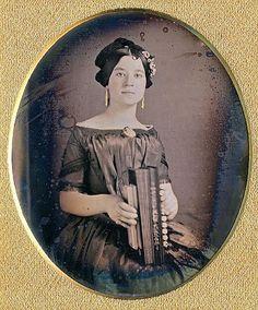 Frühe Fotografie (Daguerreotypie): Porträt einer Frau mit diatonischer Concertina, um 1850. Stichworte: #Accordion #Art #Photography #Vintage #Portrait
