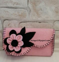 This Pin was discovered by Ufu Felt Crafts Diy, Felt Diy, Sewing Crafts, Sewing Projects, Felt Pouch, Felt Purse, Felt Phone Cases, Accessoires Barbie, Felt Gifts