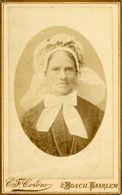 1890 Vrouw in Brabantse klederdracht met grote muts en op de muts een kleine poffer. #NoordBrabant