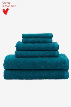 Håndklæder i blød og dejlig bomuldsfrotté. Vægt 500g/m2. Sættet indeholder 2 håndklæder 30x50 cm, 2 håndklæder 50x70 cm og 2 badehåndklæder 70x140 cm.   Elise er vores største og mest prisstærke serie af badeværelsesfrotté med et stort antal farver og produkter at vælge imellem.   Disse håndklæder tilhører vores Conscious Choice-kollektion.  Oeko-Tex-certificeret 14.HPK.51859, det vil sige at produktet er testet for at sikre, at det ikke indeholder sundhedsskadelige stoffer. Oeko-Tex® er...