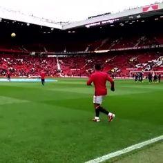 Piękna sztuczka piłkarza Manchesteru United • Świetne przyjęcie Memphisa Depaya podczas rozgrzewki • Wejdź i zobacz trik piłkarski >> #manutd #manchesterunited #football #soccer #sports #pilkanozna
