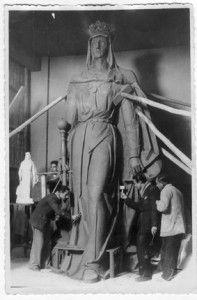El 18 de enero de 1949 Torres Molina fotografiaba para IDEAL a Prados López trabajando en el monumento que rematará el edificio del teatro Isabel la Católica que se construía en la Acera del Casino. Nunca la reina ha estado tan cerca