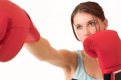 In this video, our fitness instructor demonstrates how to do air boxing, an effective cardio exercise for your upper body, shoulders and core. Ways To Burn Fat, Ways To Lose Weight, Reduce Weight, Kickboxing Benefits, Boxe Fitness, Body Pump, Ju Jitsu, Women Boxing, Female Boxing