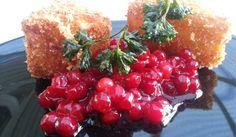 En fantastiskt god efterrätt. Friterad Camembert serverat med rårörda lingon och friterad persilja.
