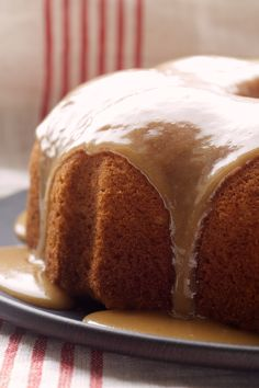 Simplify caramel cake with this Caramel Bundt Cake! - Bake or Break Good Cake for everyday Just Desserts, Delicious Desserts, Dessert Recipes, Dessert Tray, Cupcake Recipes, Yummy Food, Cupcakes, Cupcake Cakes, Caramel Bundt Cake Recipe
