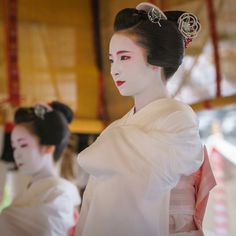 "missmyloko: ""gaaplite: "" 2015 舞妓 宮川町 ふく苗さん 祇園祭 花傘巡行 舞踊奉納 「コンチキ音頭」 2015 maiko, Miyagawachô, Fukunae Gion-matsuri Festival "" Mylo's Pick of The Week! For being such an awesome maiko for four years and eight months, Fukunae (ふく苗) of Shigemori (しげ森) in..."