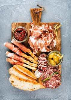 Pic: Meat appetizer selection or wine snack set. Variety of smoked meat, salami, prosciutto, bread… Pic: Meat appetizer selection or wine snack set. Variety of smoked meat salami prosciutto bread Charcuterie Recipes, Charcuterie And Cheese Board, Cheese Boards, Food Platters, Cheese Platters, Meat Appetizers, Appetizer Recipes, Salami Appetizer, Comida Picnic