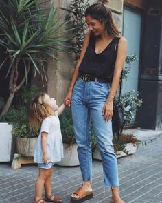 Pin by Kelly Ann on Outfits ♀️ Summer Fashion Outfits, Trendy Outfits, Fall Outfits, Garden Deco, Grace Villarreal, Mommy Style, Street Style Summer, Outerwear Women, Mom Jeans