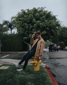 My sweetie Connor Franta yeeeaj Connor Franta, Photography Poses For Men, Outdoor Photography, Men Photoshoot, Selfie Poses, Tyler Oakley, Boy Pictures, Celebrity Dads, Man Photo