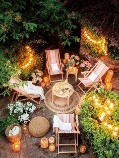 Vista cenital de jardín decorado con luces_ 00462192
