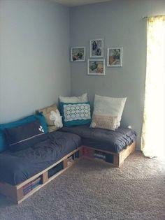 DIY Pallet Couch - Attractive Addition for Living Room - Pallet Furniture - Diy Furniture Bedroom Diy Pallet Couch, Diy Pallet Furniture, Pallet Room, Pallet Couch Cushions, Pallet Desk, Pallet Seating, Couch Furniture, Furniture Design, Furniture Ideas