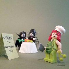 Un steak de tofu saignant, bon appétit! A rare tofu steak, enjoy your meal!  #vegan #vegetarian #vegetables #dccomics #poisonivy #dracula #cooking #restaurant #vampire #blood #LEGO #minifigures #minifig #legography #toy #afol