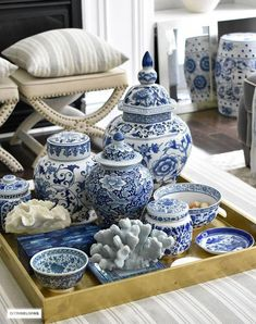 Modern Living Room Decoration Ideas Using Ginger Jars – Home Decor Ideas Coffee Table Styling, Decorating Coffee Tables, Table Cafe, Blue And White China, Blue China, Love Blue, Ginger Jars, White Decor, Living Room Designs