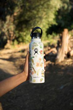 Water Bottle Art, Cute Water Bottles, Best Water Bottle, Water Bottle Design, Drink Bottles, Water Bottle With Stickers, Custom Hydro Flask, Urban Outfitters Home, Cute Mugs