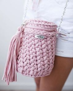 Straw and crochet woven bags and clutches are the latest fashion trends this season. The neutral colors are the main trend of the bohemian straw and crochet Bag Crochet, Crochet Backpack, Crochet Motifs, Crochet Handbags, Crochet Purses, Love Crochet, Unique Crochet, Crochet T Shirts