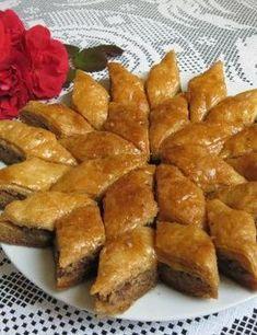 Prepara acasa cea mai usoara baclava turceasca cu fistic si nuca You are in the right place about Ar Romanian Desserts, Romanian Food, Baklava Dessert, My Recipes, Cookie Recipes, Good Food, Yummy Food, Arabic Sweets, Food To Make