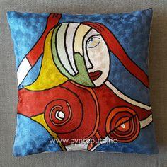 Pynteputa - Dame med røde hansker. Her er det brukt en flott miks av sterke farger og et stilig abstrakt motiv som spenner fra dype mørke farger og til lyse og gyldne farger. Pynteputa .    Fra nettbutikken www.pynteputa.no #pyntepute #pynteputer #pynteputa #farger
