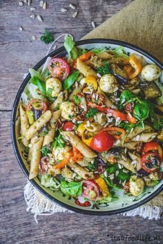 Italiaanse pastasalade De allerlekkerste pastasalade maak je zo - It's a food life I Love Food, A Food, Good Food, Junk Food, Pasta Recipes, Salad Recipes, Cooking Recipes, Salade Healthy, Cancer Causing Foods