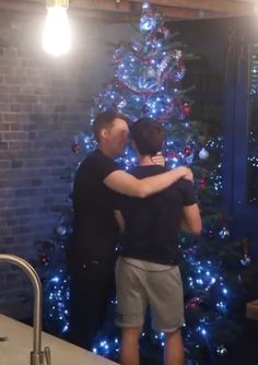 Tom Daley & Dustin Lance Black — mrtomdaley: Cute moment in Tom's vlog today Love the hand placement on Tom's neck it loving yet so possessive