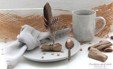 Das geht fix No. 58 - Tischkarten aus Treibholz und Federn - Tischlein deck dich Napkin Rings, Napkins, Blog, Wedding, Home Decor, Decorating Cups, Shells And Sand, Place Cards, Drift Wood