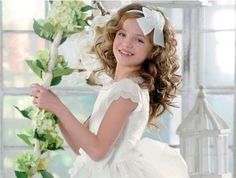 Floral decoration and photo idea First Communion Dresses, First Holy Communion, Communion Hairstyles, Bridal Eye Makeup, Girl Haircuts, About Hair, Hair Beauty, Flower Girl Dresses, Wedding Dresses