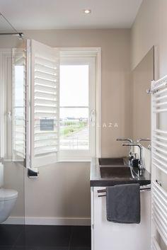 Moderne witte shutters van Blend Window Fashion op een vouwrails in de badkamer. De mechanismen zijn van roestvrijstaal waardoor dit niet gaat roesten. Wel dient de badkamer goed geventileerd te worden! #inhuisplaza #shutter #blendwindowfashion