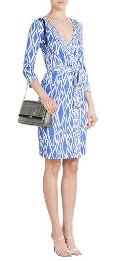 Investissez dans la silhouette iconique de Diane von Furstenberg avec cette robe portefeuille en soie imprimée de motifs losanges bleus et blancs #Stylebop