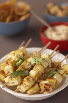 Brochettes au tofu 1 CS d'huile d'olive 200 g de tofu ferme coupé en cubes de 1cm Sel et poivre 8 à 10 brochettes en bois Feuilles de coriandre fraîche (optionnel)