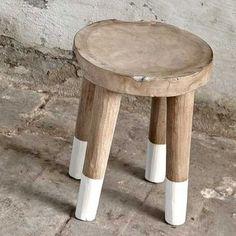 Coup de coeur pour ce tabouret bas en bois de manguier, il sera tendance dans un intérieur de style scandinave. Ce tabouret avec finitions en bois brut et ses pieds peints en blanc, belle association http://www.decoration.com/tabouret-en-bois-de-manguier-naturel,fr,4,MAS3013384.cfm