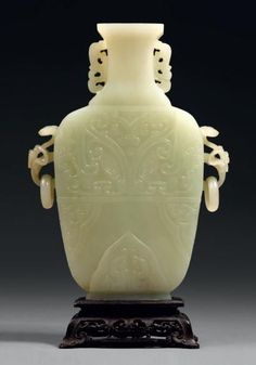 Vase balustre en néphrite blanche.Chine, XVIIIe siècle.PhotoBeaussant Lefèvre