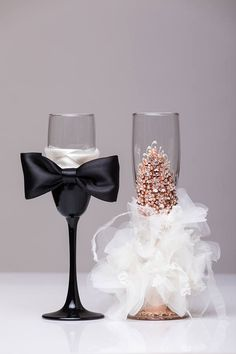 Personalized wedding glasses gold and black Wedding glasses bride and groom Toasting flutes bride groom glasse set of 2 For these glasses color: gold, ivory All completely handmade! MEASUREMENTS: -champagne glasses : Height - 9.2 inch (23.5 sm). Custom wine glasses may be created to