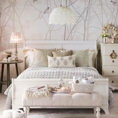 Декор спальни в светлых и белых тонах.