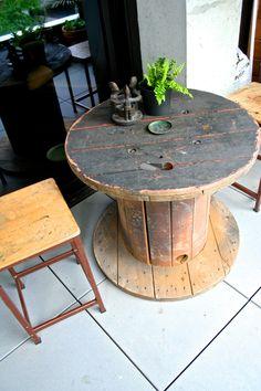 gartentisch aus holz rustikal theken design barhocker terrasse kabeltrommel