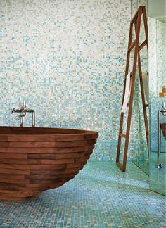 Salle de bains contemporaine avec mosaïque murale et de sol en bleu clair et blanc et une baignoire en bois
